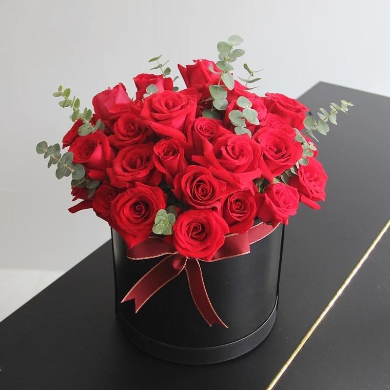 陌上花开——33朵红玫瑰搭配尤加利,圆形礼盒装