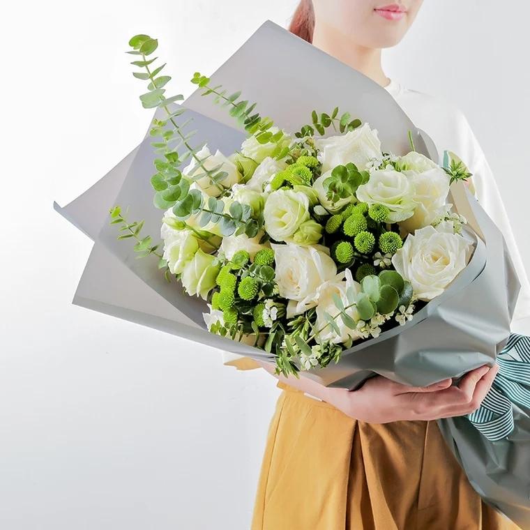 月光女神——11朵白玫瑰+洋桔梗+雏菊+尤加利