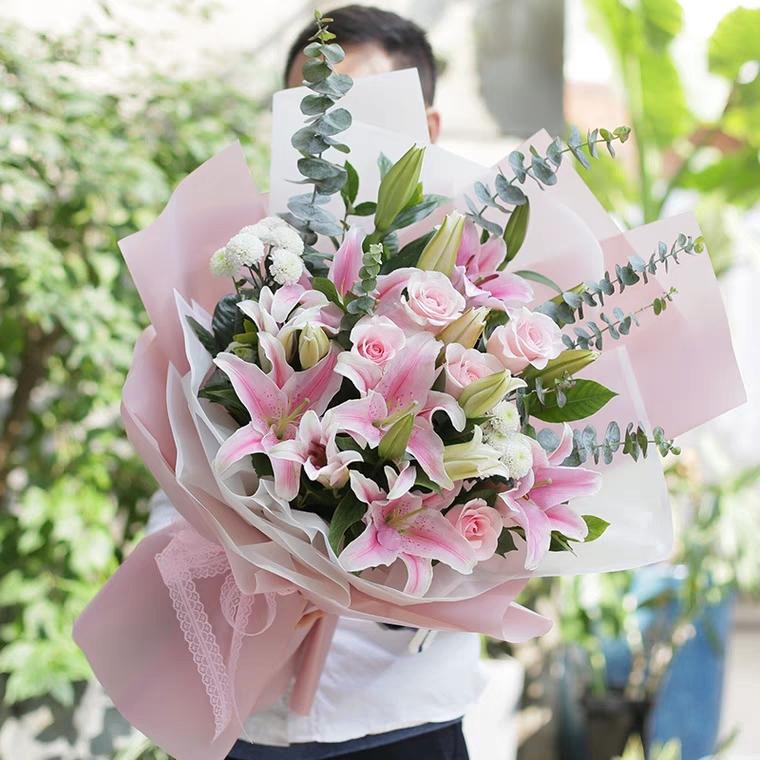 喜欢你——9朵百合花+9朵玫瑰花配尤加利叶