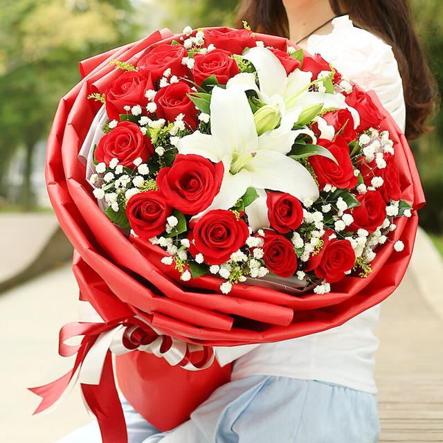 为爱告白——19朵红玫瑰,2枝香水白百合,满天星、栀子叶