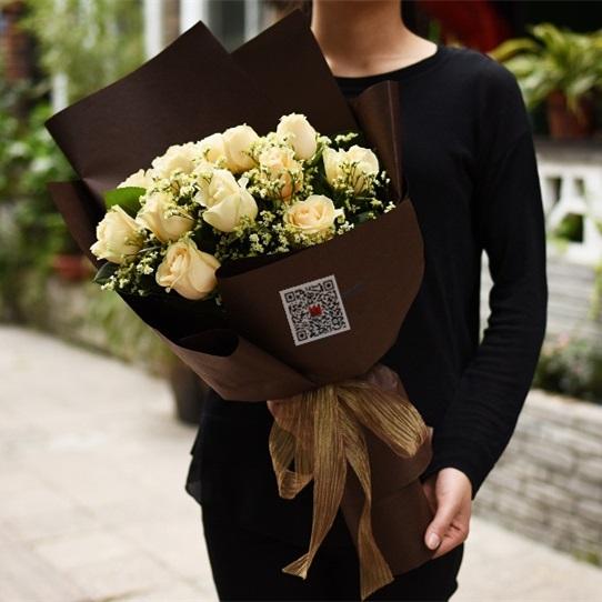 拥抱幸福——16枝香槟玫瑰配水晶草如图包装