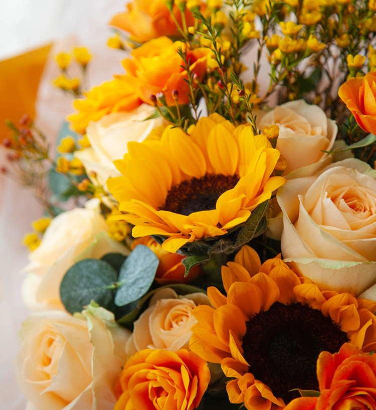 一路向阳--向日葵3枝、香槟玫瑰9枝、橙色多头玫5枝、黄色腊梅5枝、大叶尤加利5枝