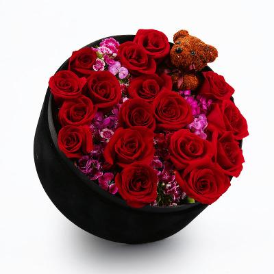 甜蜜花园——18朵红玫瑰配苔藓小熊高档礼盒盛放