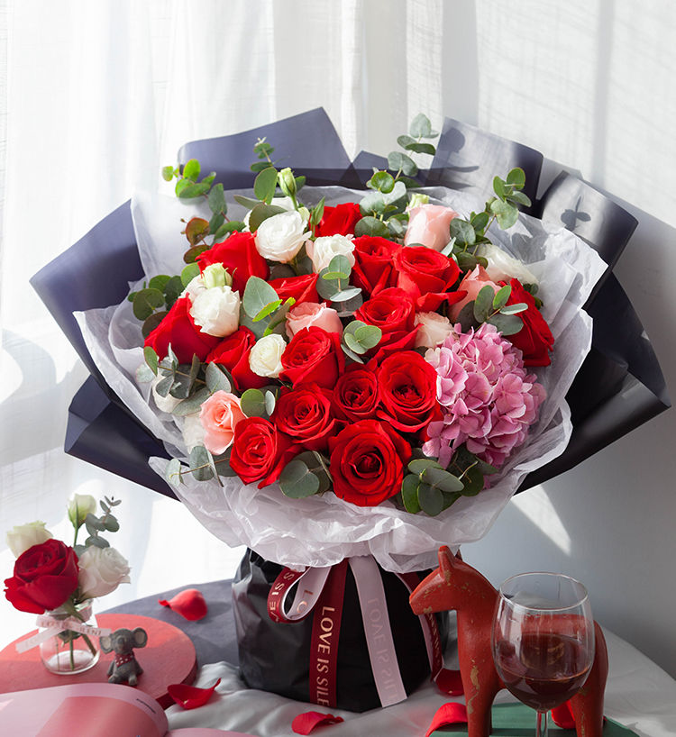 加倍爱你--卡罗拉玫瑰15枝、戴安娜玫瑰5枝、深粉色绣球1枝、白桔梗5枝 配尤加利叶