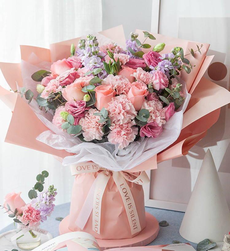 温柔以待--粉色康乃馨13枝,戴安娜玫瑰5枝、粉色洋桔梗5枝、浅紫紫罗兰5枝、尤加利10枝